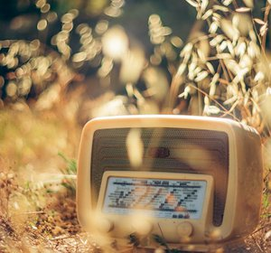 www.GetBg.net_Creative_Wallpaper_____Old_radio_086833_.jpg